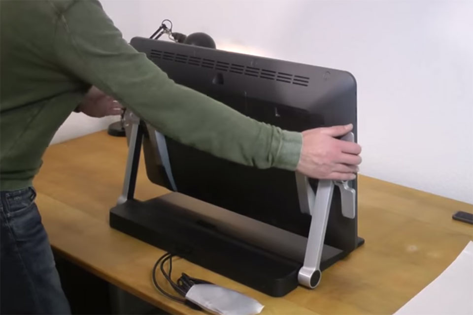 How to Mount the Cintiq Ergo Stand to the Cintiq 27QHD.